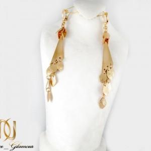 گوشواره آویزی زنانه طرح طلای ژوپینگ با قفل اهرمی er-n150 از نمای روی استند