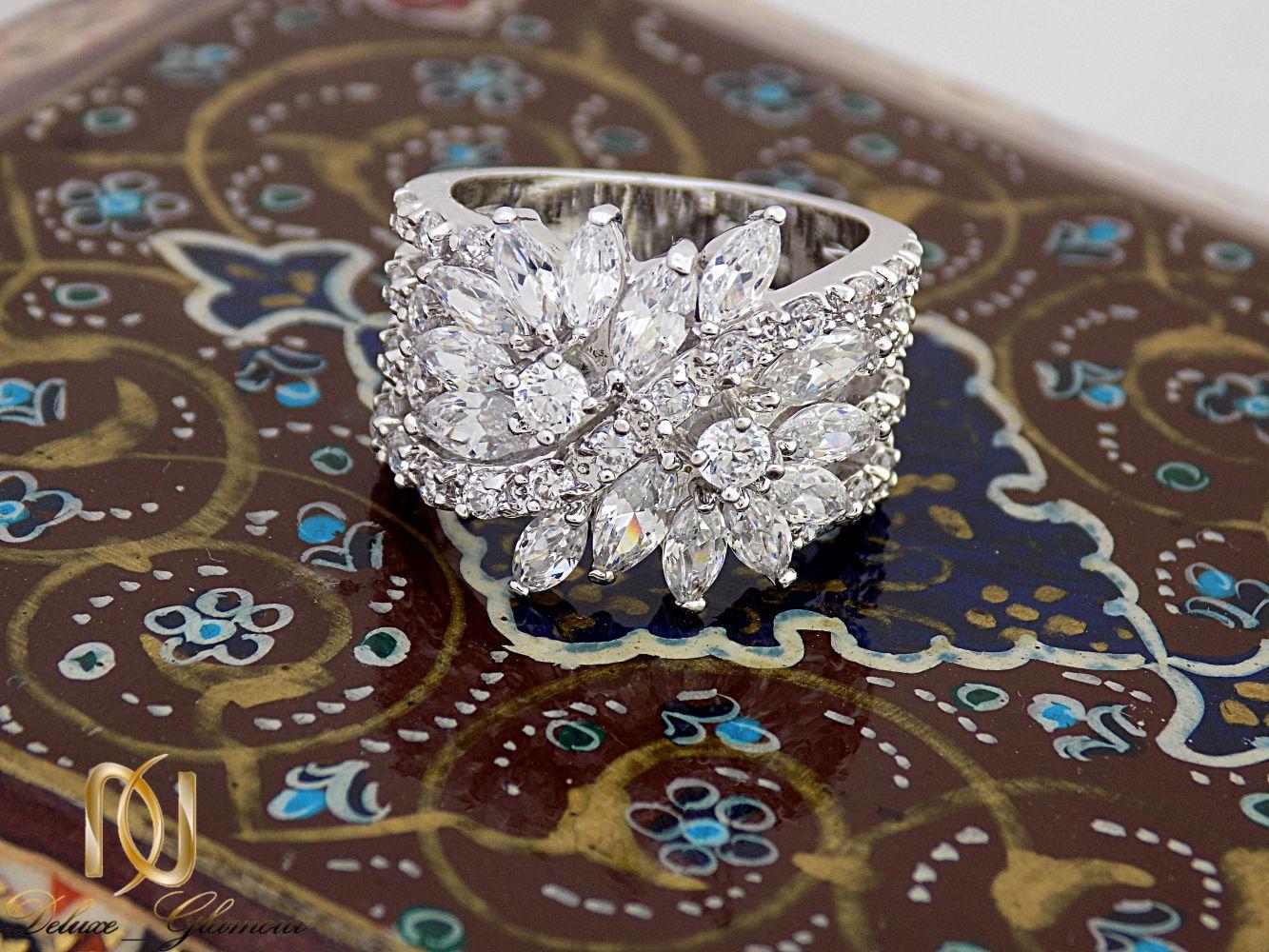 انگشتر زنانه جواهری کلیو با نگین های سواروسکی اصل rg-n235 از نمای نزدیک