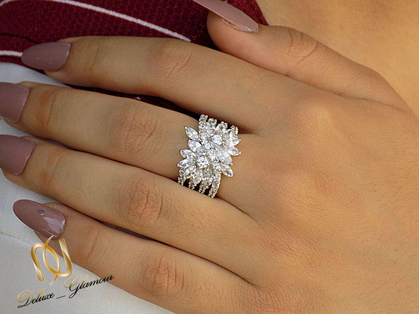 انگشتر زنانه جواهری کلیو با نگین های سواروسکی اصل rg-n235 از نمای روی دست