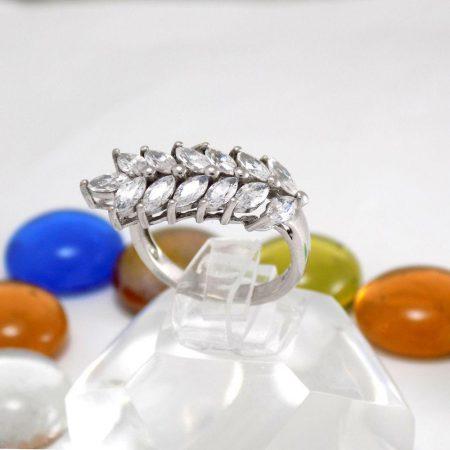 انگشتر نقره دخترانه طرح خوشه ت نگین های برلیان اتمی rg-n221 از نمای روبرو