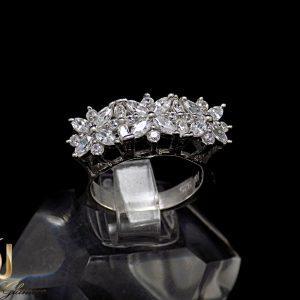 انگشتر نقره دخترانه طرح سه گل با نگین های برلیان rg-n224 از نمای مشکی