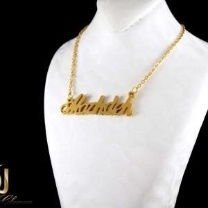 گردنبند اسم مژده لاتین استیل طرح طلا nw-n217 از نمای روی استند