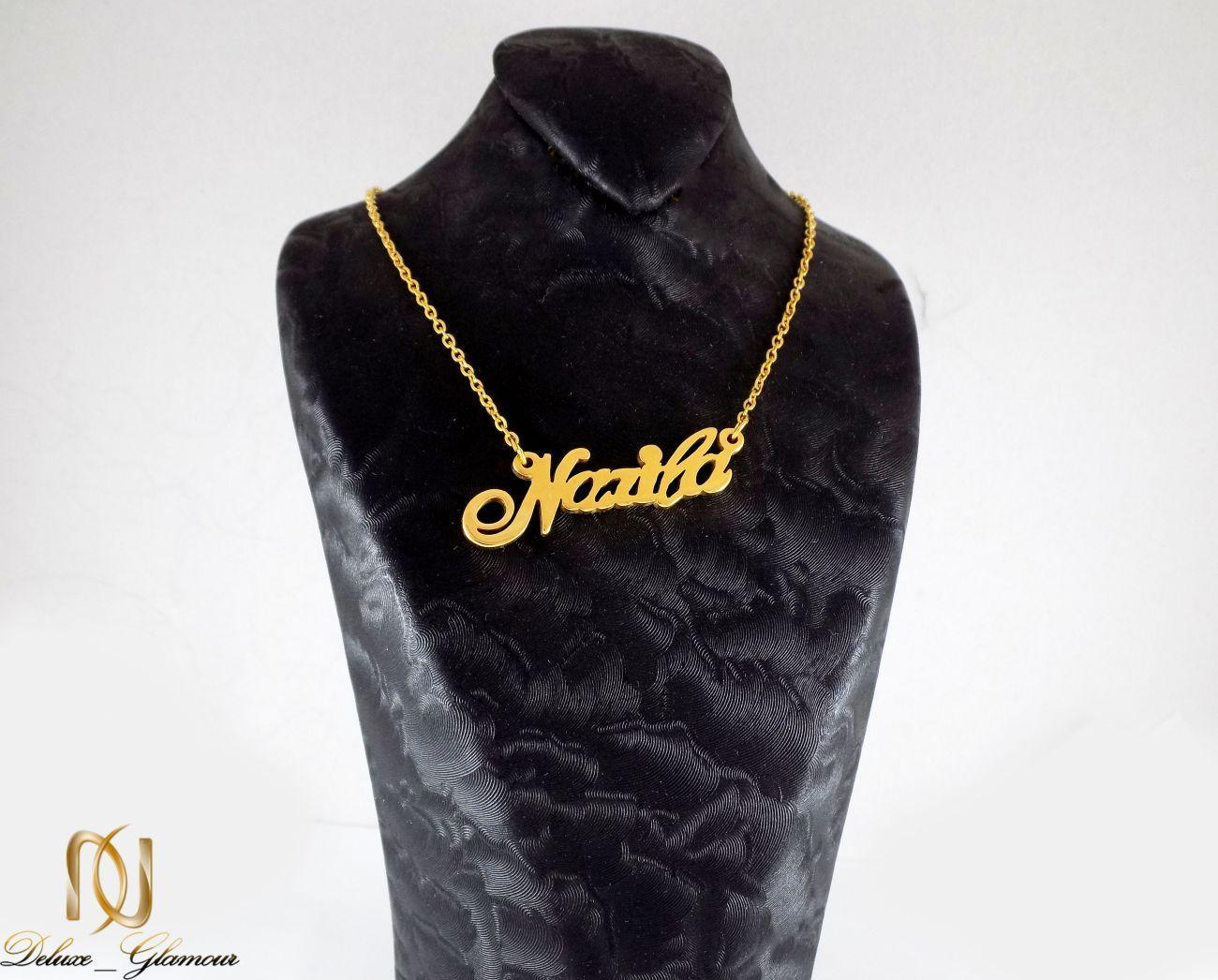 گردنبند اسم نازیلا لاتین استیل با روکش آب طلای 18 عیار nw-n220 از نمای روی استند