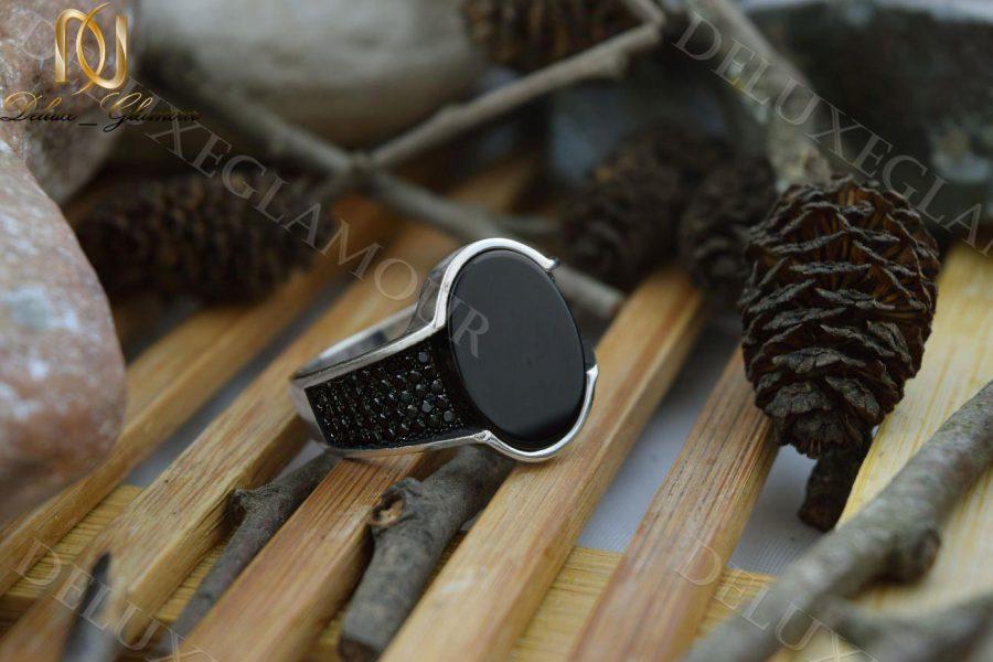 انگشتر مردانه نقره با نگین عقیق مشکی آینه ای Rg-n212 - زمینه چوبی
