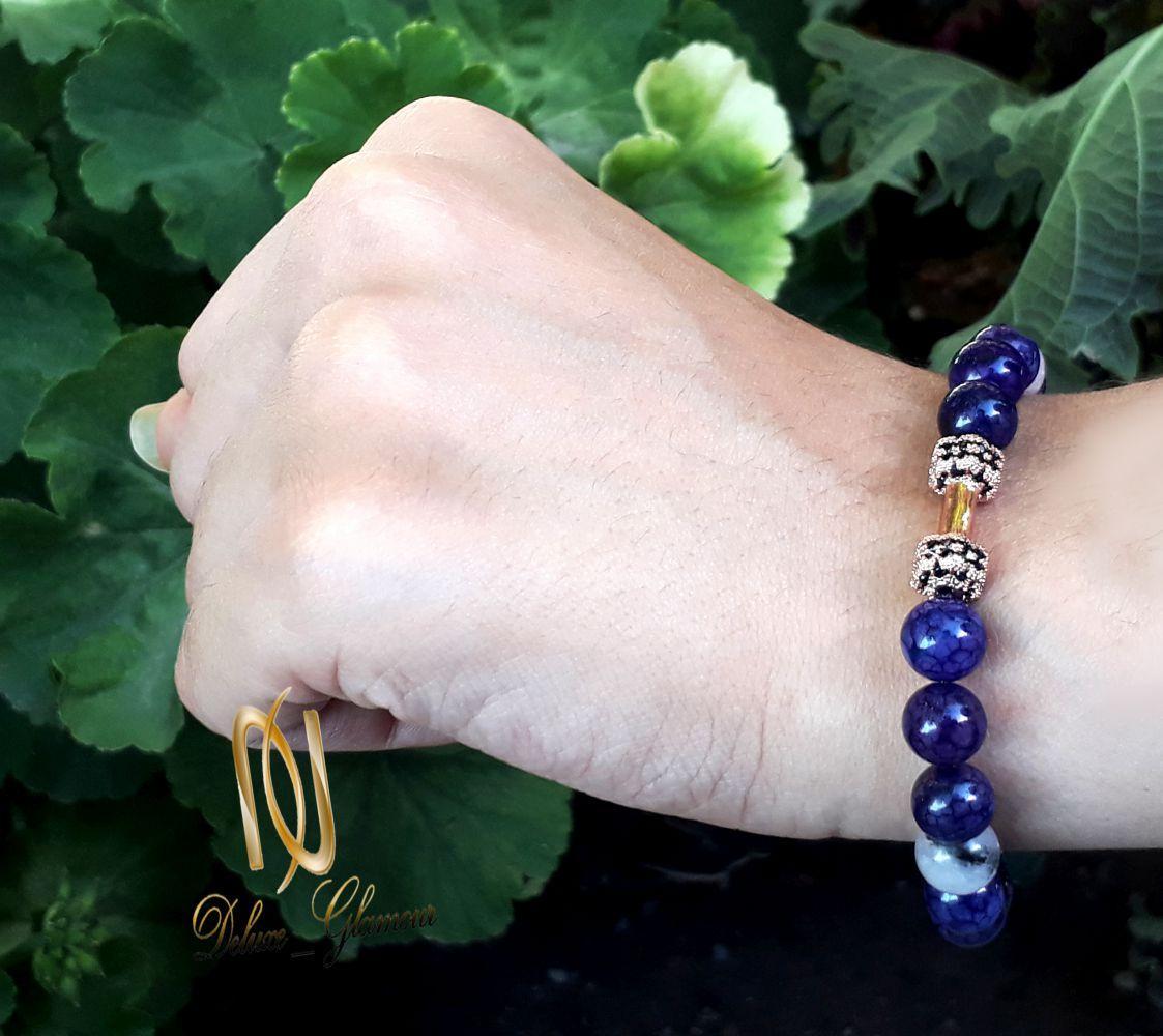 دستبند دخترانه سنگ لاجورد با مهره استیل رزگلد ds-n248 از نمای روی دست