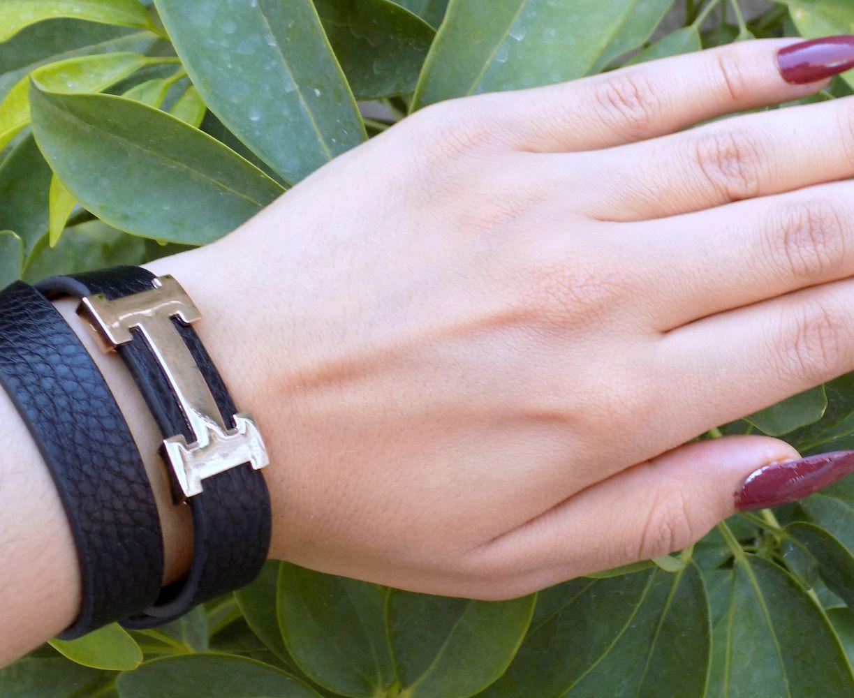 دستبند دخترانه چرمی فری سایز با رویه استیل طلایی ds-n234 از نمای روی دست