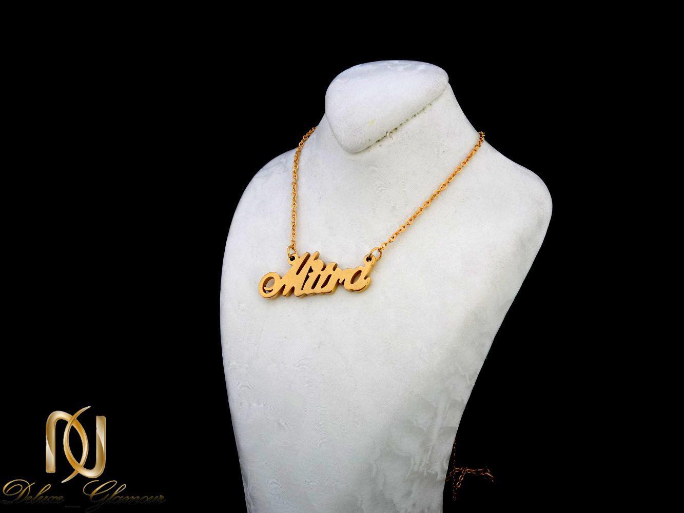 گردنبند اسم میترا لاتین استیل با روکش آب طلا nw-n255 از نمای روی استند