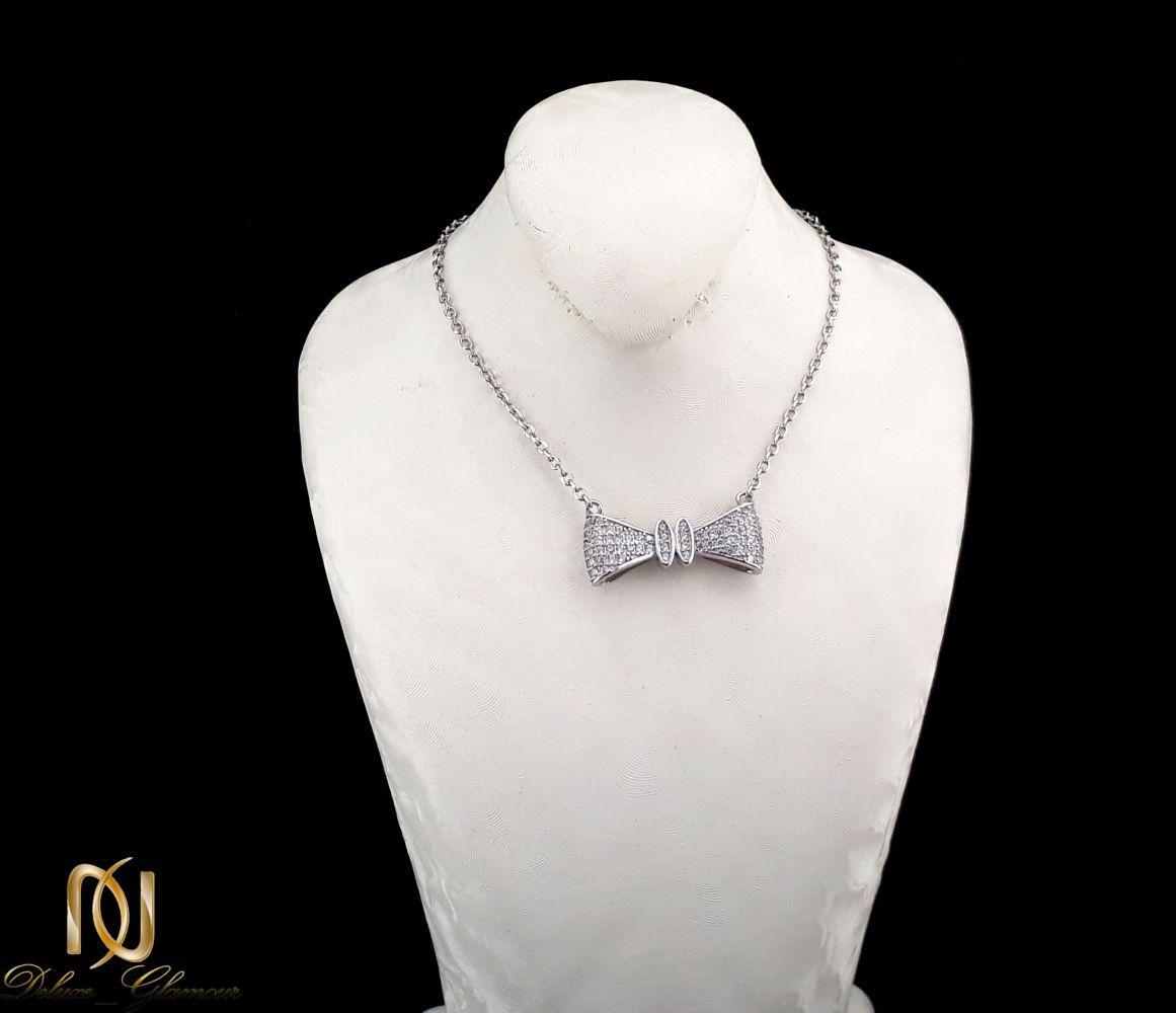 گردنبند دخترانه نقره طرح پاپیون با نگین های برلیان اتمی nw-n252 از نمای روی استند