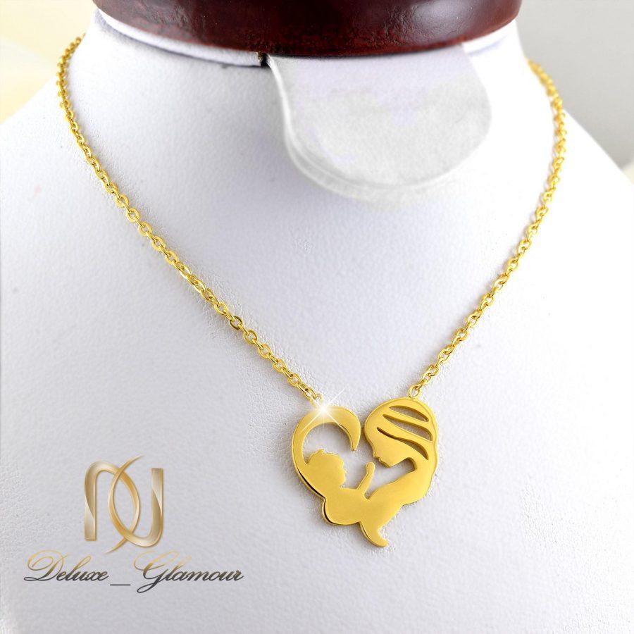 گردنبند زنانه استیل طلای طرح مادر و فرزند nw-n258 از نمای روی استند