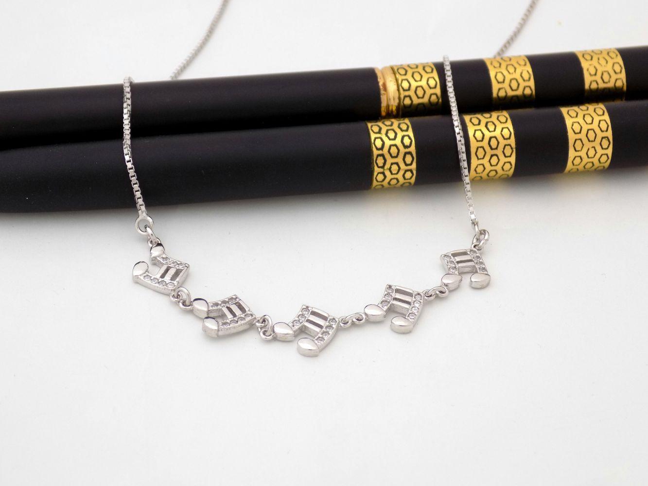 گردنبند نقره دخترانه طرح نت موسیقی با نگین برلیان اتمی nw-n246 از نمای بالا