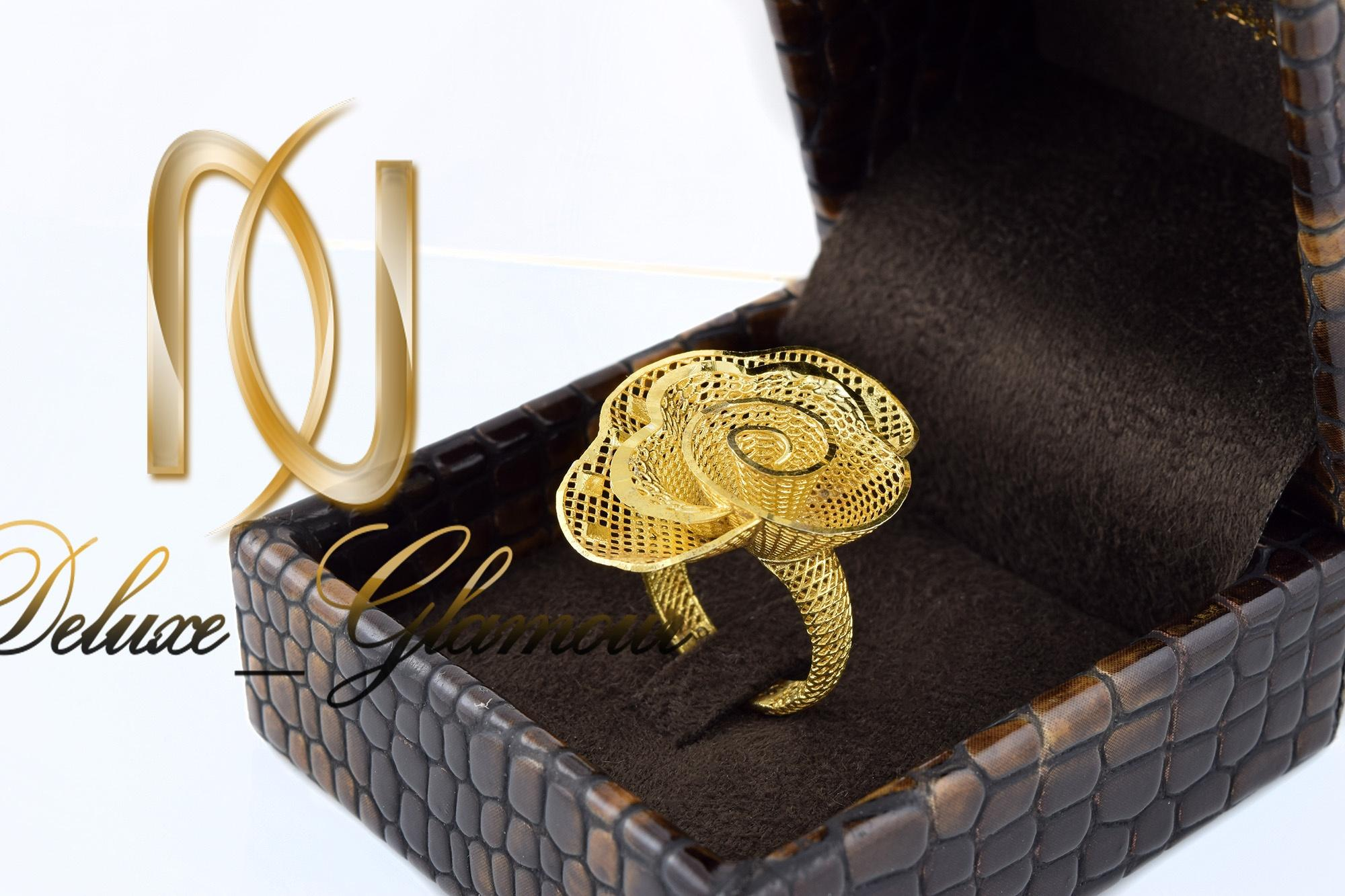انگشتر نقره زنانه طلایی طرح گل rg-n311 از نمای نزدیک