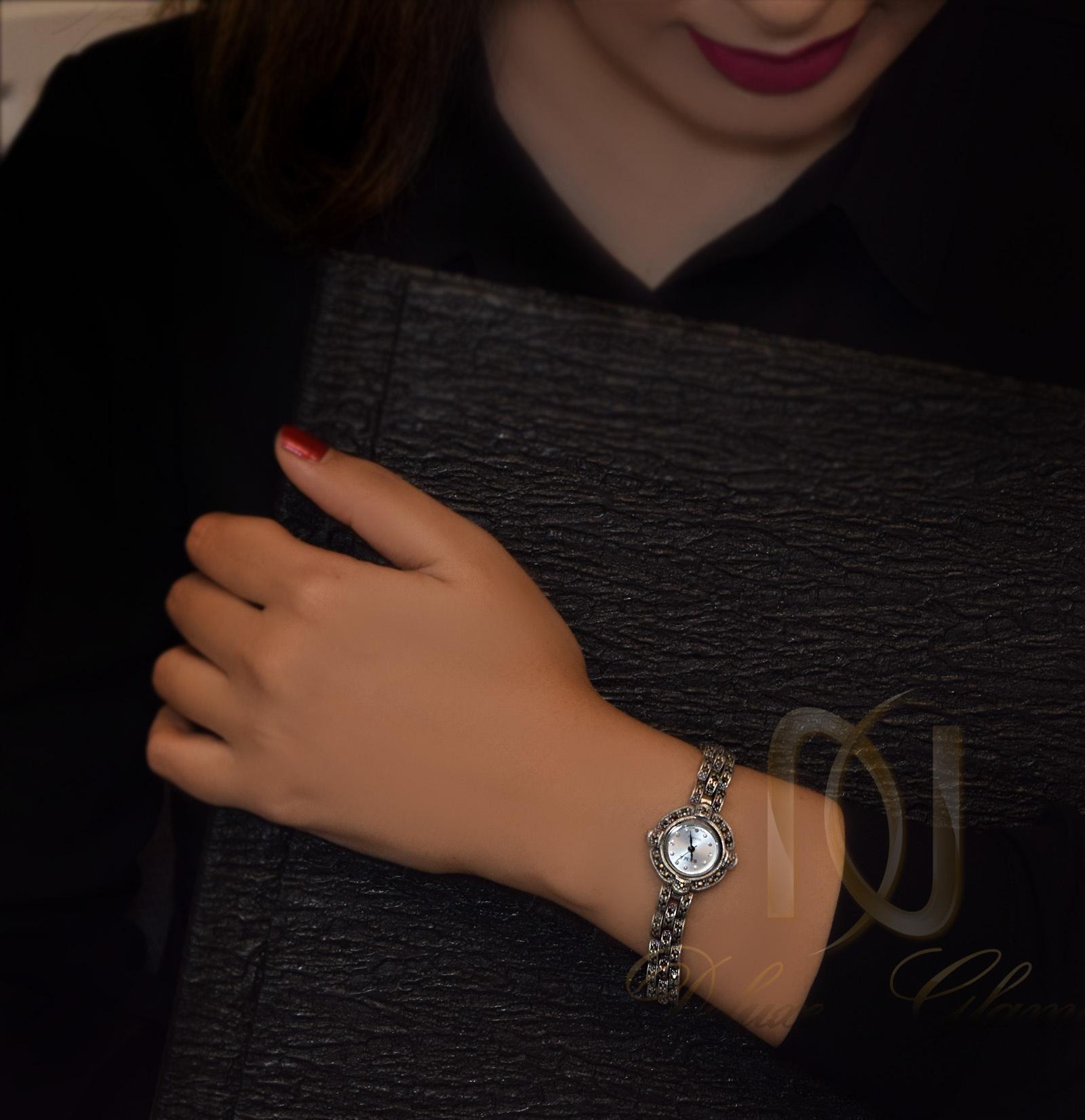 ساعت نقره زنانه سیاه قلم نگین مارکازیت wh-n106 از نمای روی دست
