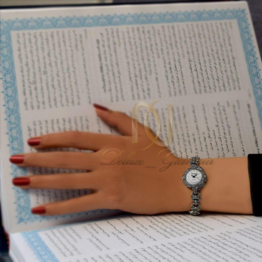 ساعت نقره زنانه طرح سیاه قلم صفحه گرد WH-N108 از نمای روی دست