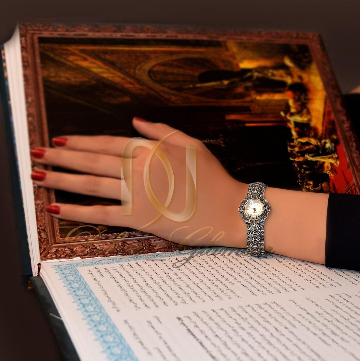 ساعت نقره سیاه قلم زنانه با صفحه گرد Wh-102 - روی دست