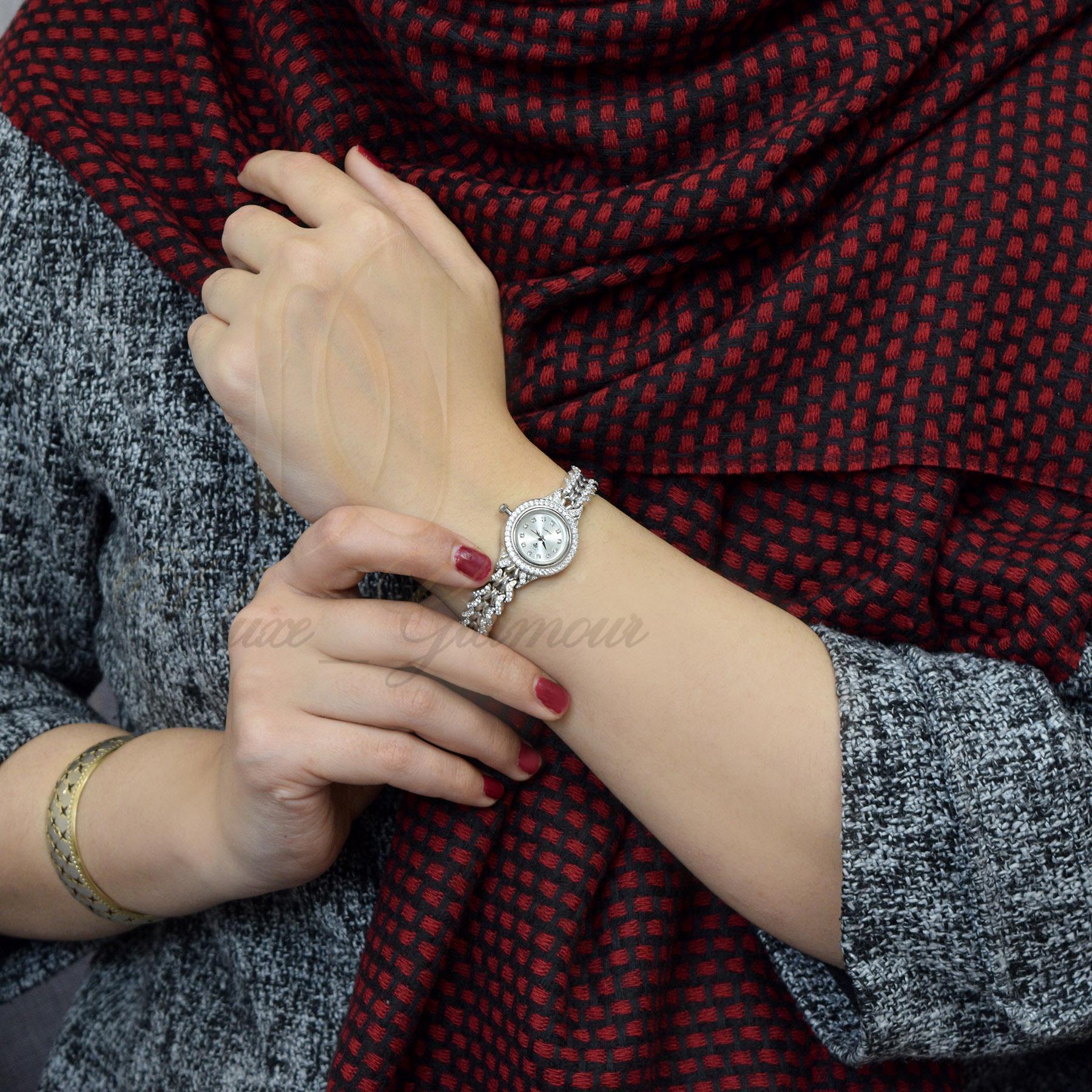 ساعت نقره زنانه جواهری صفحه گرد wh-n114 از نمای روی دست