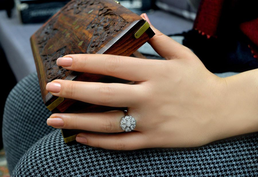 انگشتر دخترانه نقره تایلندی طرح گل rg-n256 از نمای روی دست