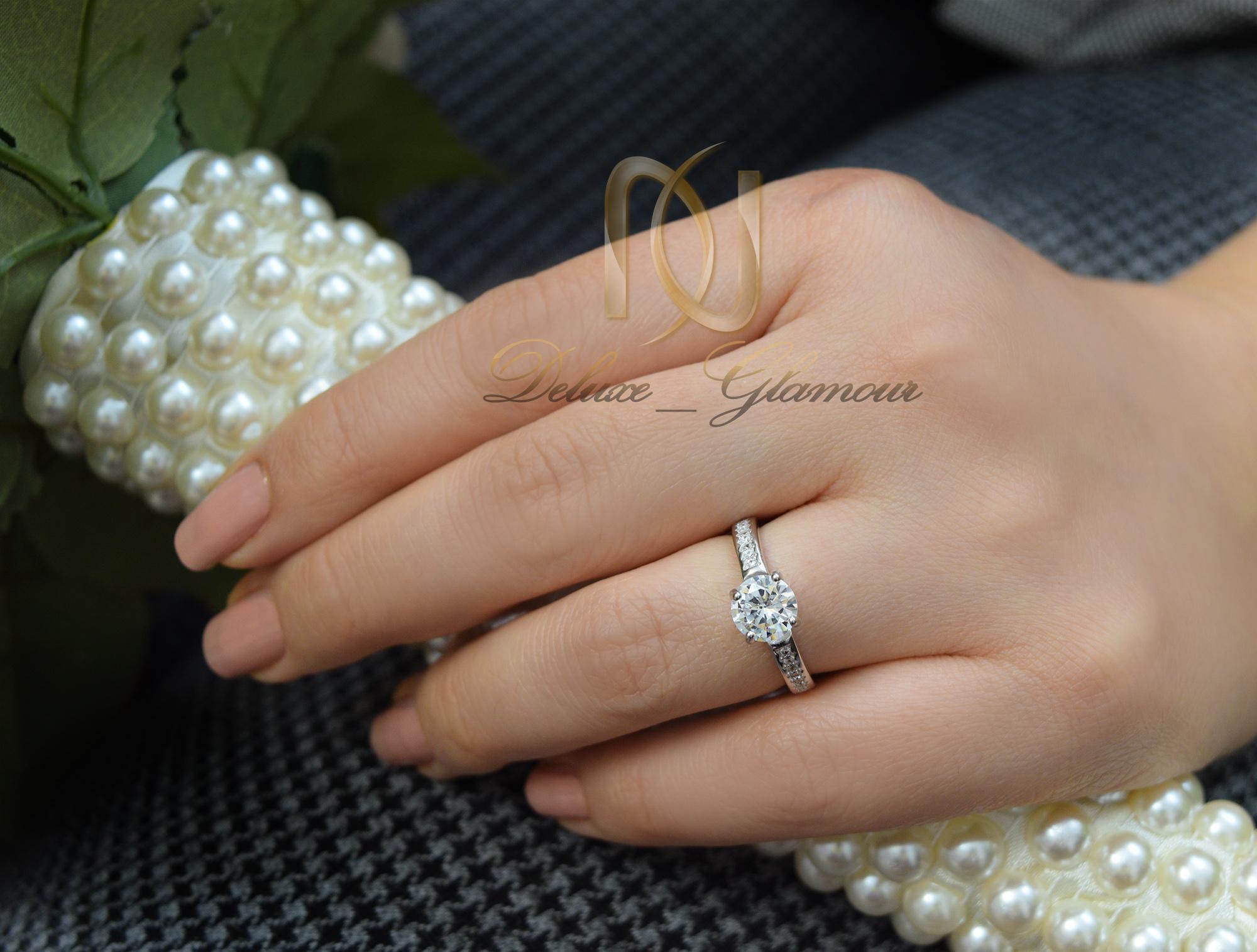 انگشتر نقره دخترانه ظریف تک نگین rg-n251 از نمای روی دست