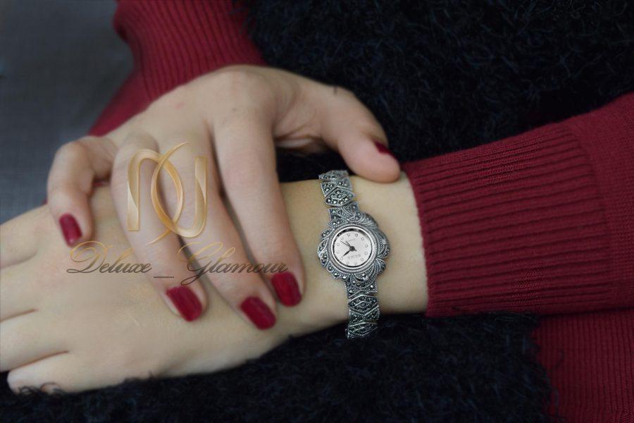 ساعت نقره زنانه طرح سیاه قلم wh-n122 از نمای روی دست