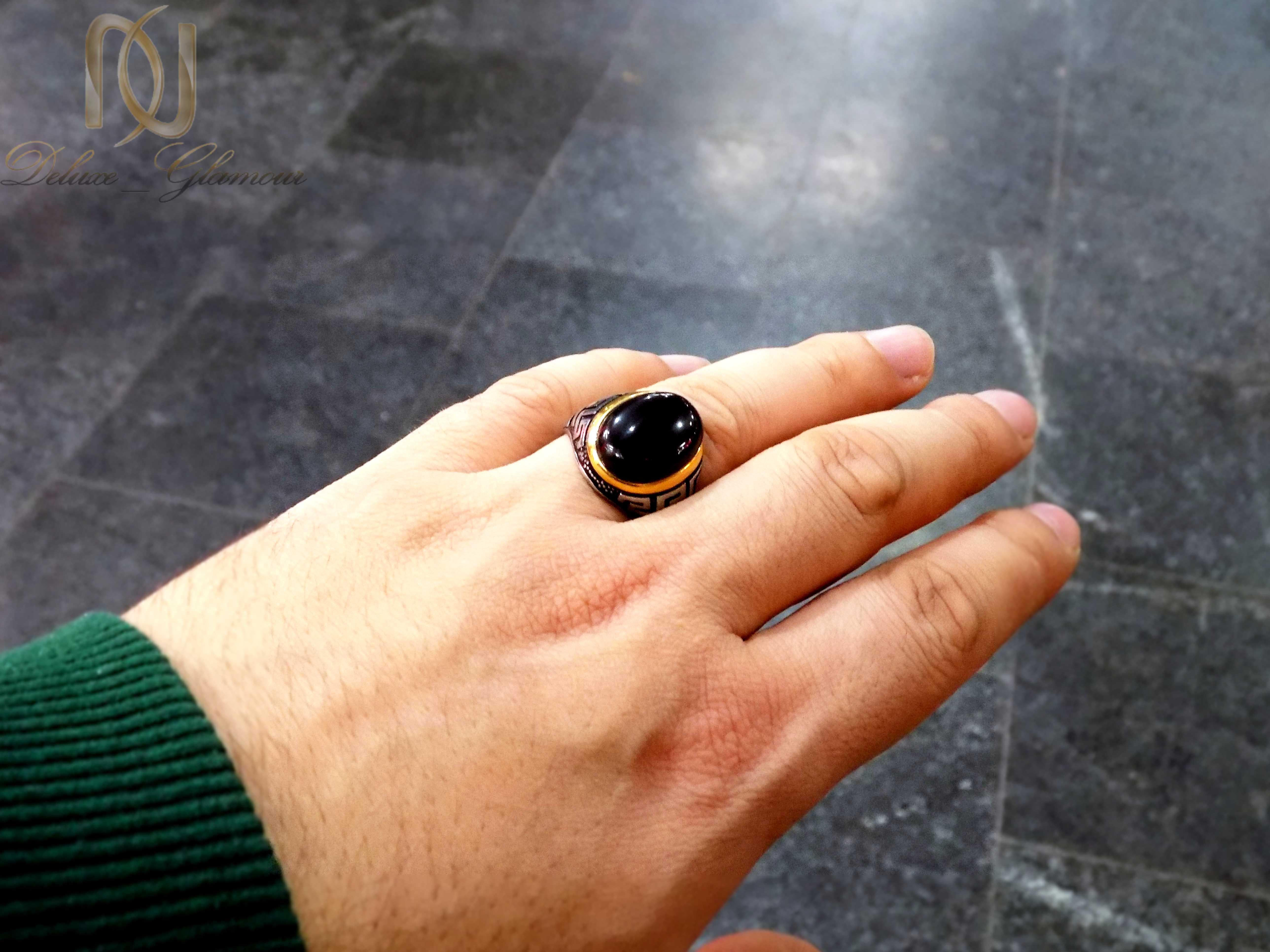انگشتر مردانه استیل نگین مشکی rg-n271 از نمای روی دست