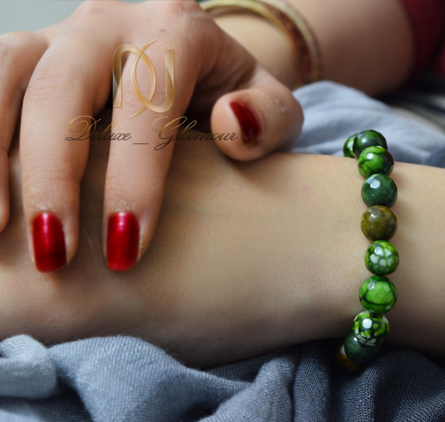 دستبند سنگی سبز عقیق دخترانه با قفل کراواتی ds-n012- عکس روی دست