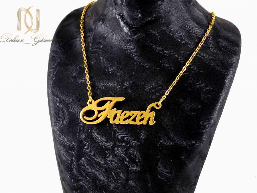 گردنبند طلایی استیل اسم فرزانه انگلیسی nw-n021 روی مانکن
