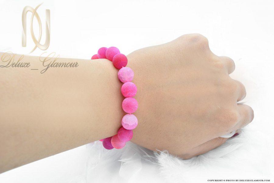 دستبند دخترانه سنگ عقیق صورتی ds-n385 از نمای روی دست