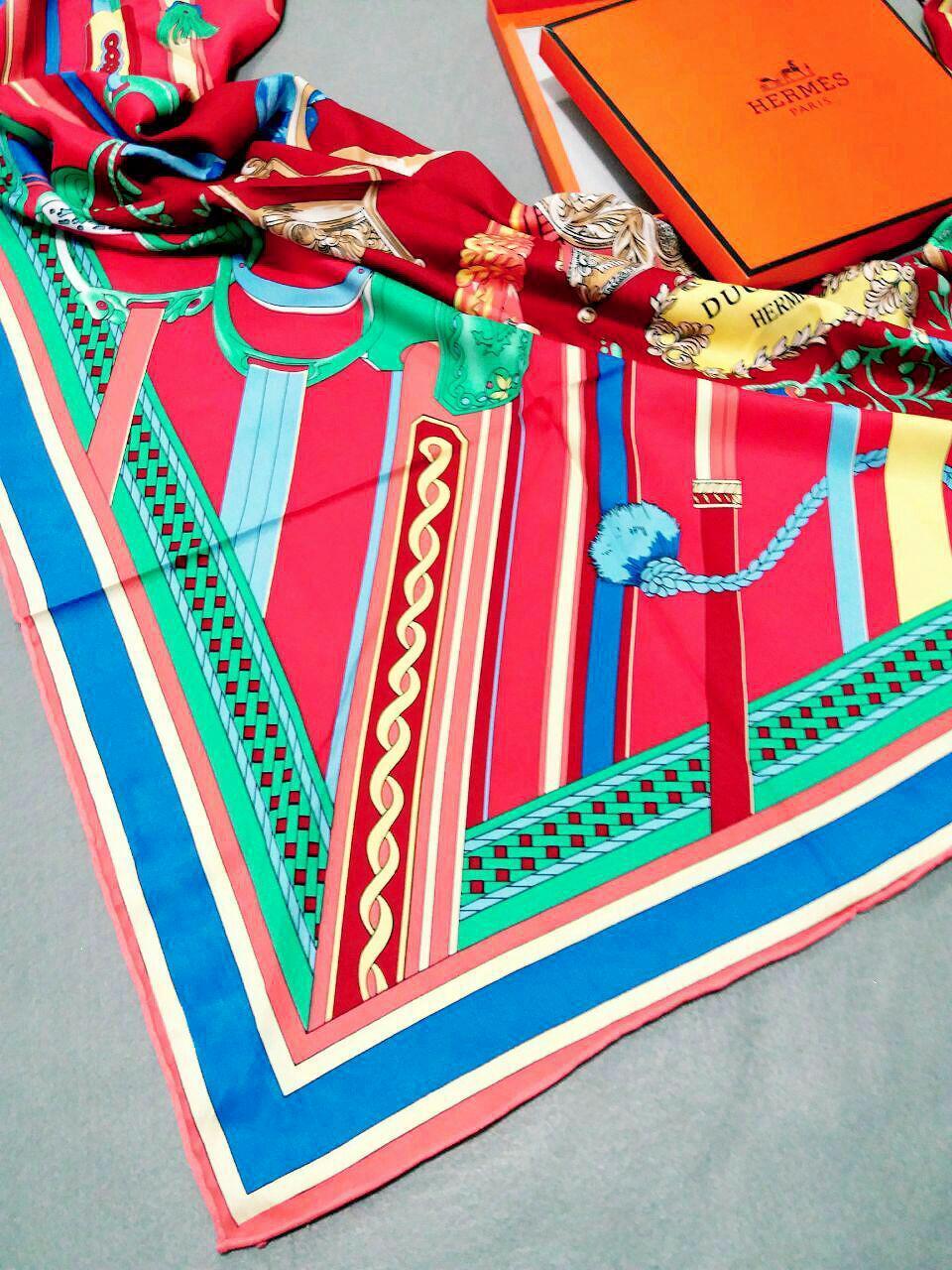 روسری ابریشمی مدل جدید توییل کج راه هرمسsr-n240 از نمای نزدیک