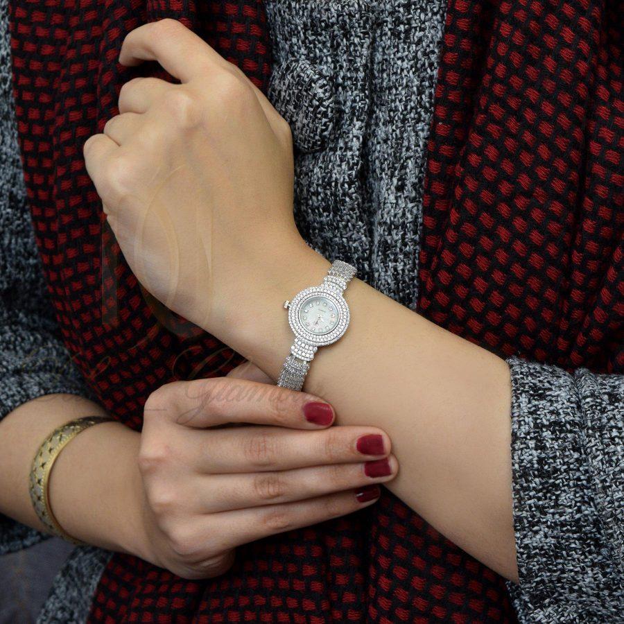 ساعت نقره زنانه جواهری صفحه گرد wh-n125 از نمای روی دست