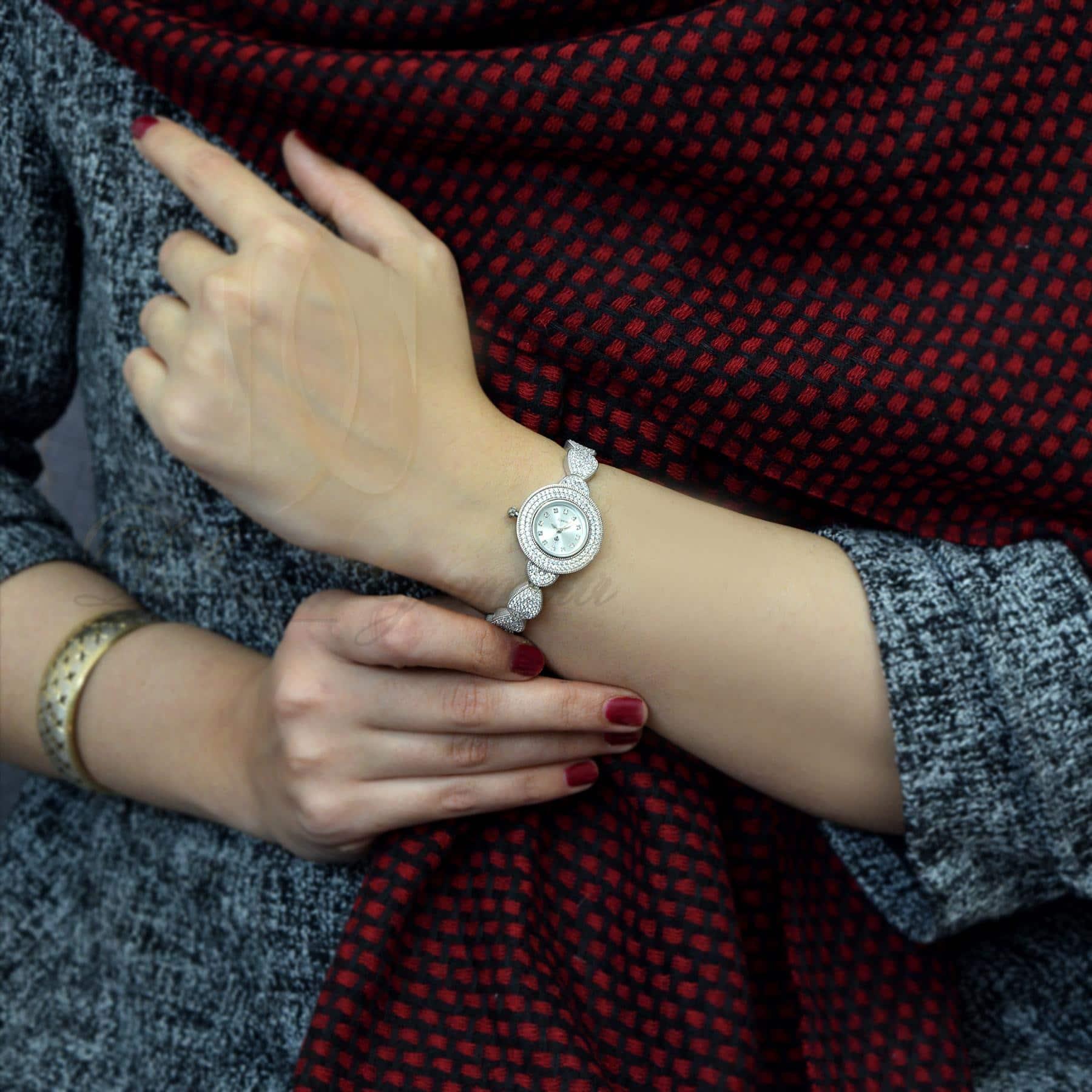 ساعت نقره زنانه جواهری طرح اشک wh-n127 از نمای روی دست