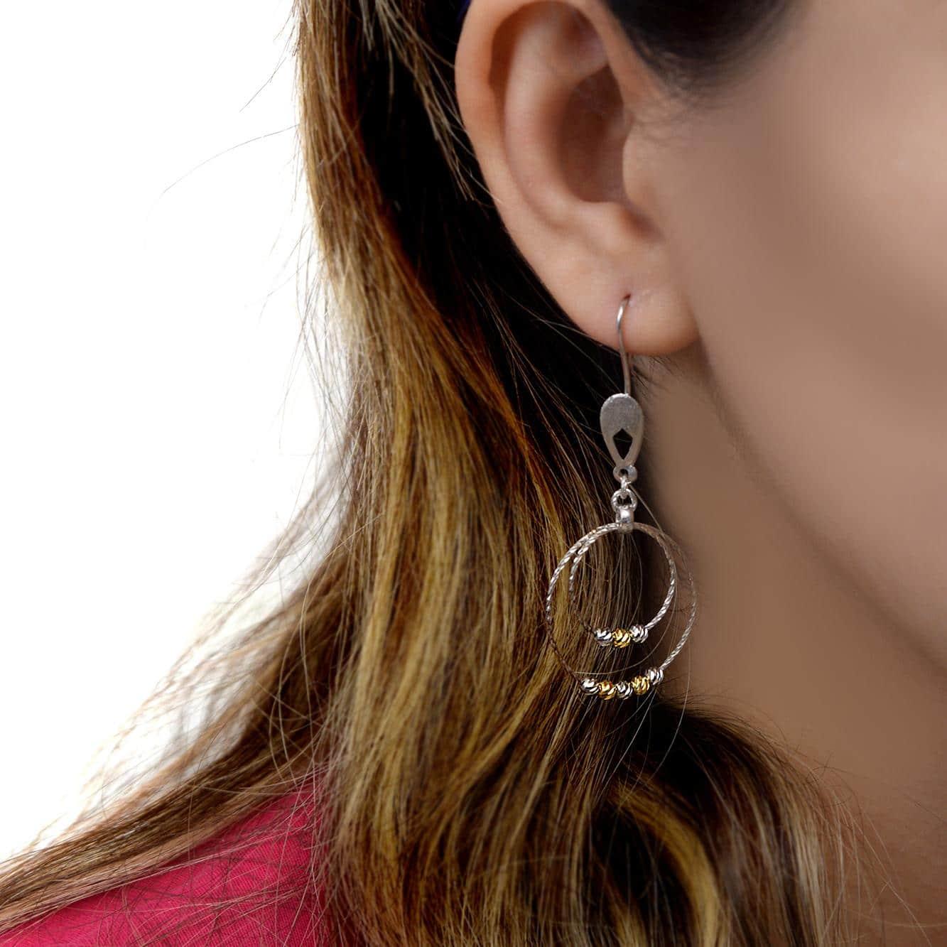 گوشواره زنانه نقره طرح حلقه بزرگ er-n161 از نمای روی گوش