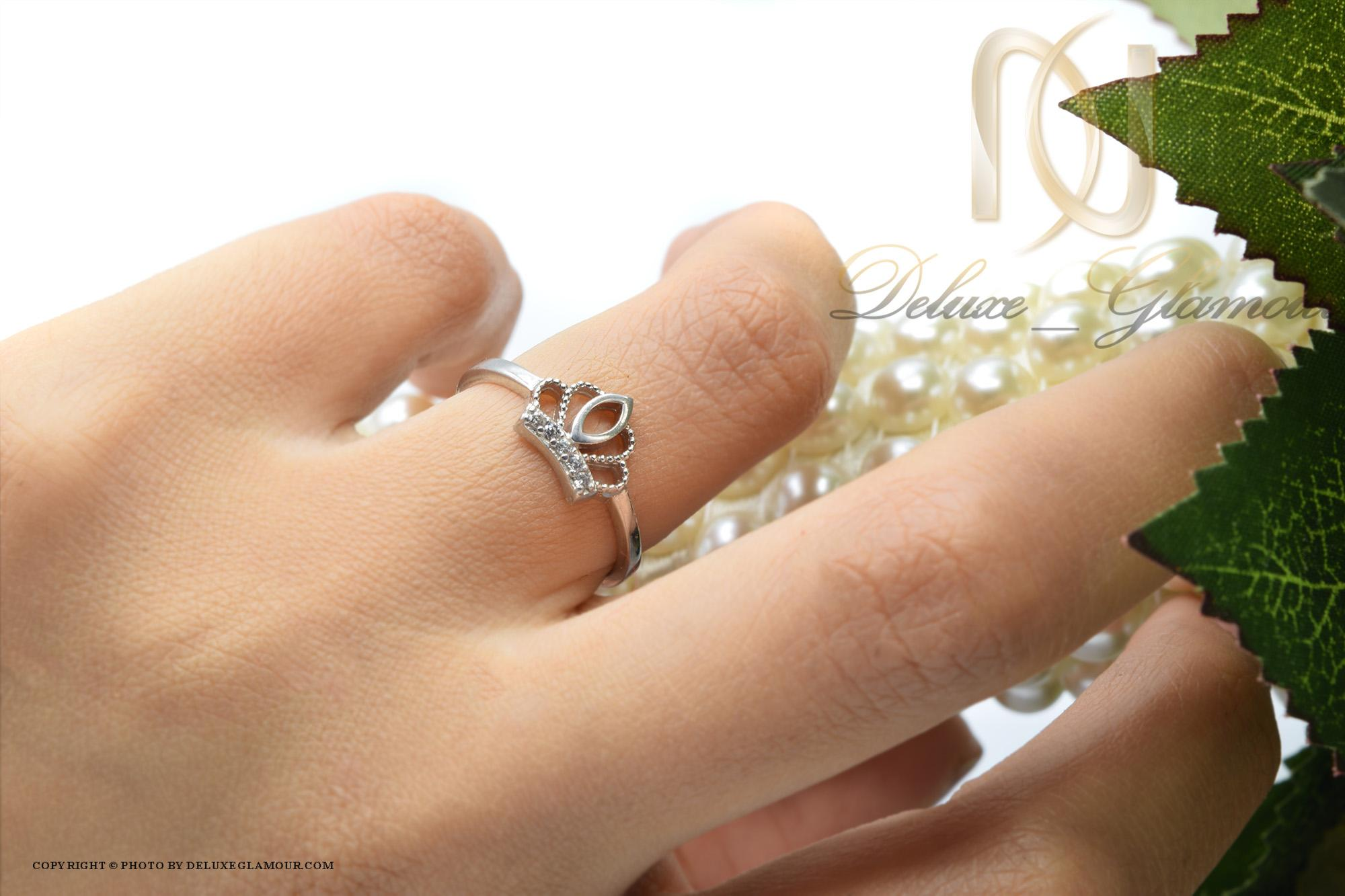 انگشتر نقره دخترانه ظریف طرح تاج rg-n302 از نمای روی دست