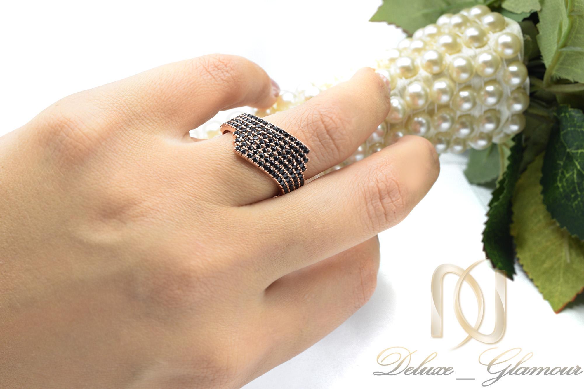 انگشتر نقره زنانه رزگلد نگین مشکی RG-N297 از نمای روی دست