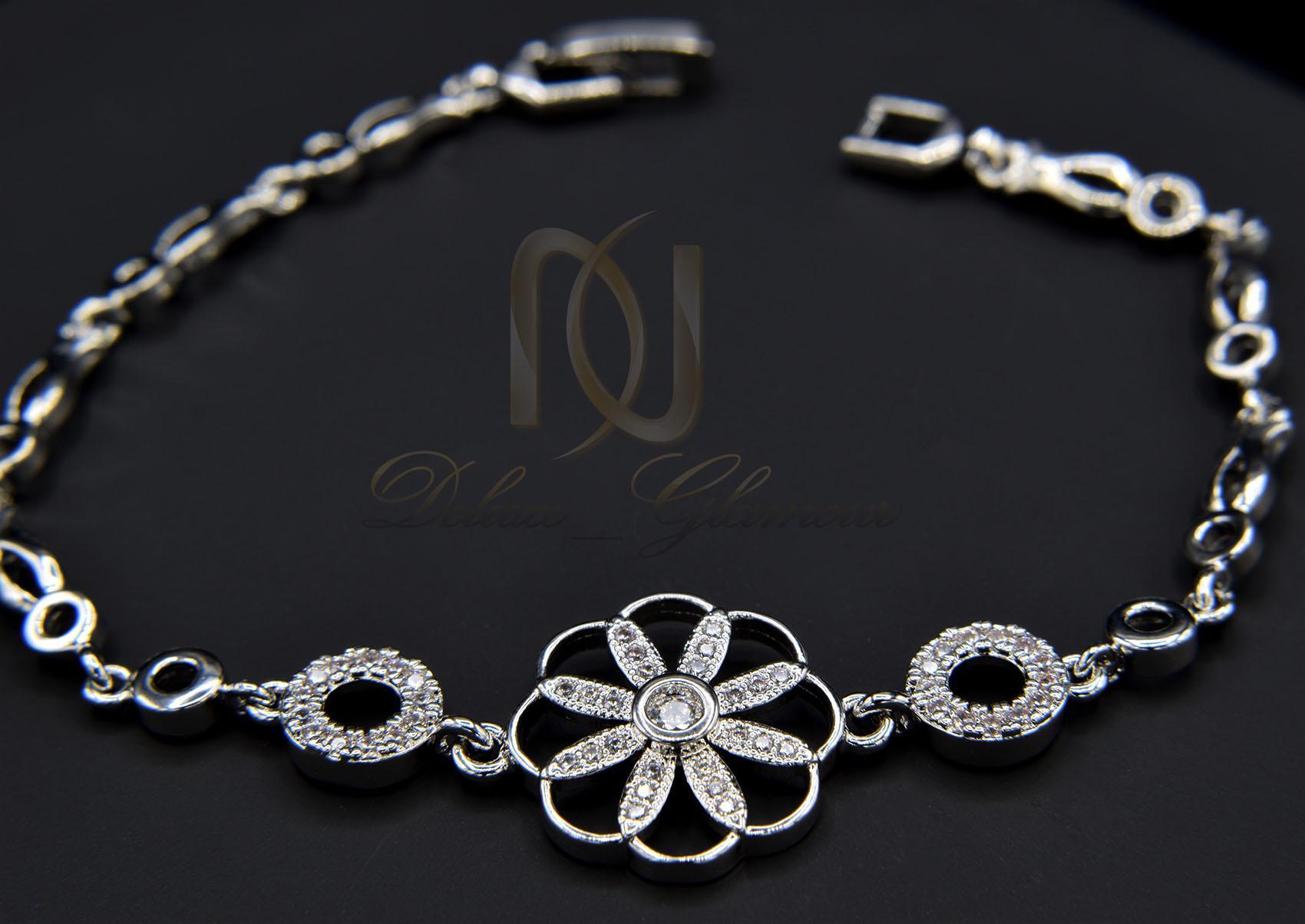 دستبند استیل دخترانه طرح گل ظریف فری سایز ds-n015 روی بک مشکی