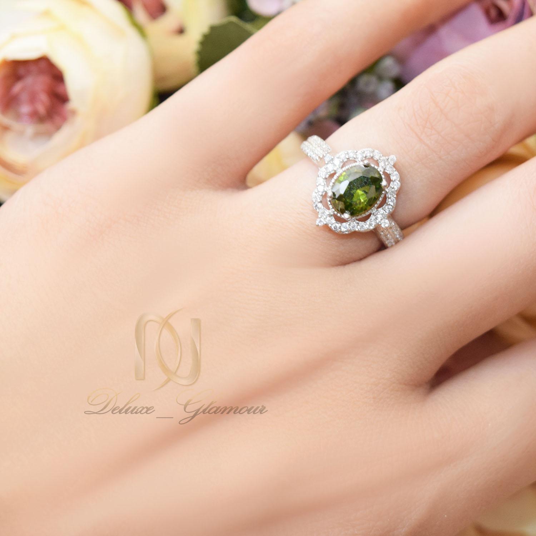 انگشتر نقره زنانه جواهری نگین سبز rg-n363 از نمای روی دست