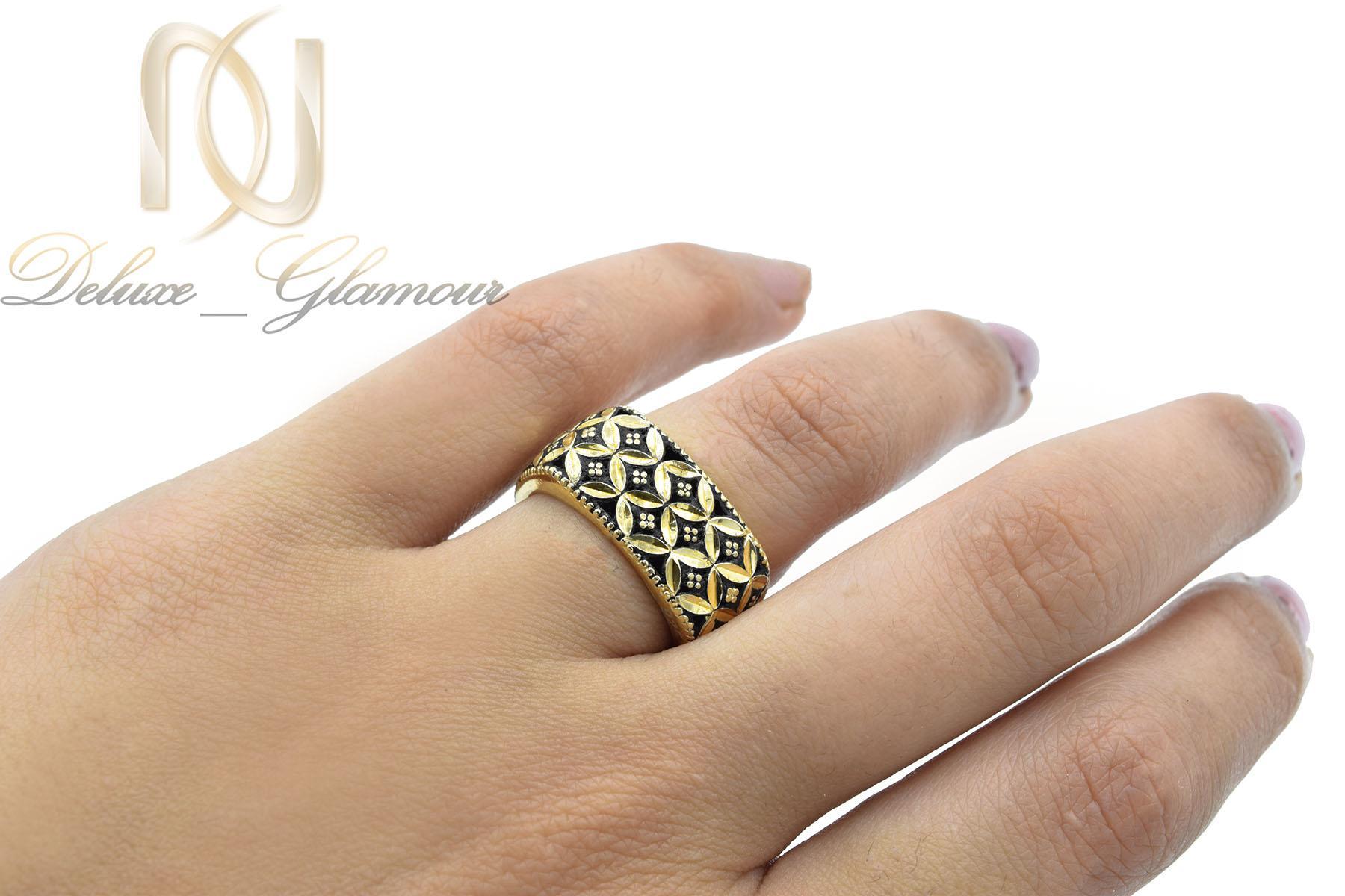 انگشتر نقره زنانه سیاه قلم مربعی طلایی rg-n376 از نمای روی دست