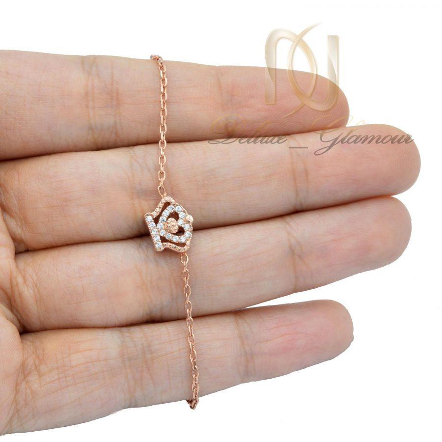 دستبند نقره دخترانه ظریف طرح کویین رزگلد ds-n458 از نمای روی دست