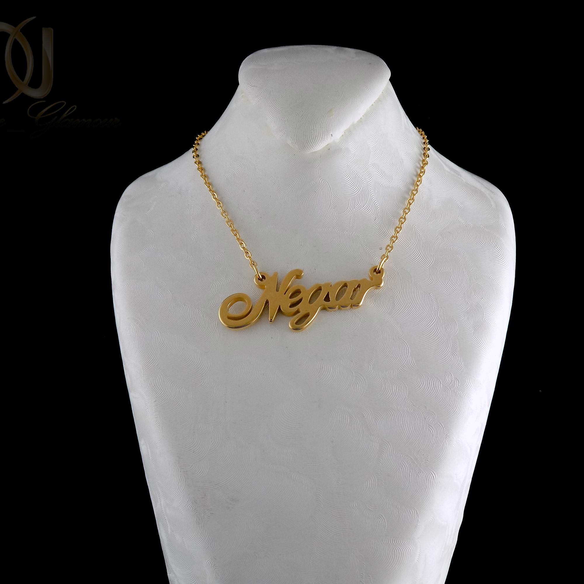 گردنبند اسم نگار لاتین استیل طلایی nw-n486 از نمای مشکی