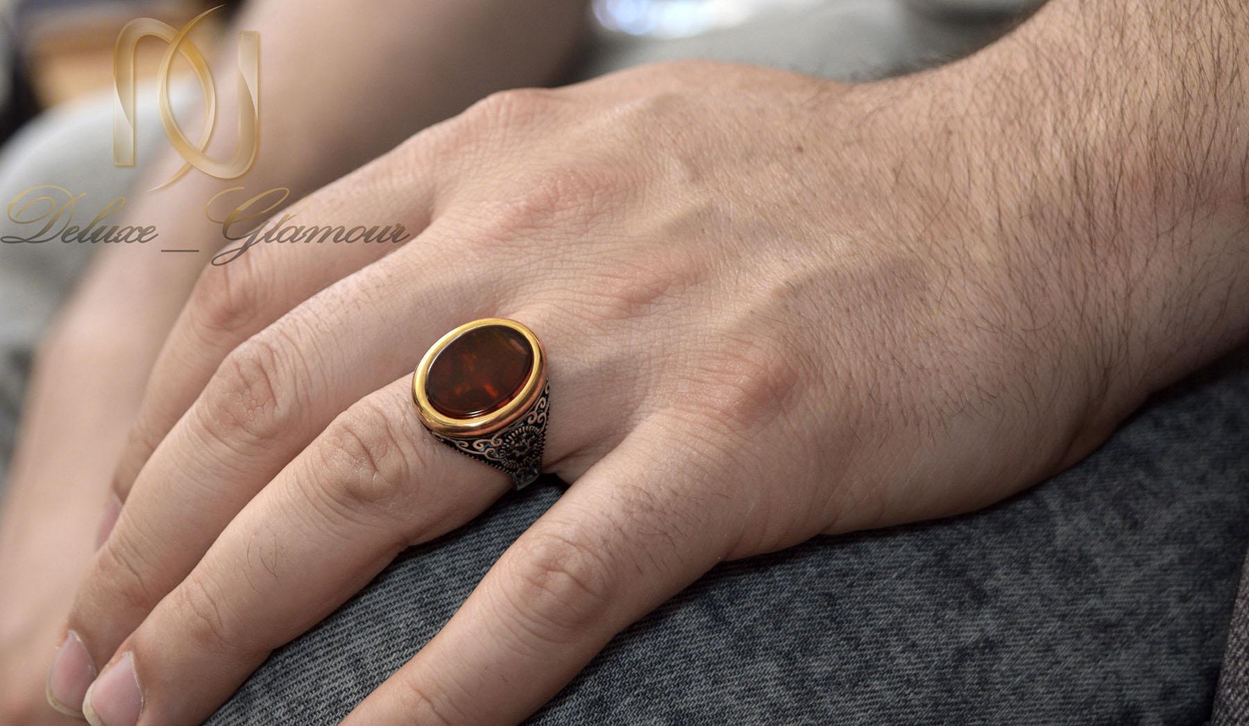 انگشتر نقره مردانه نگین عقیق سرخ rg-n377 از نمای روی دست