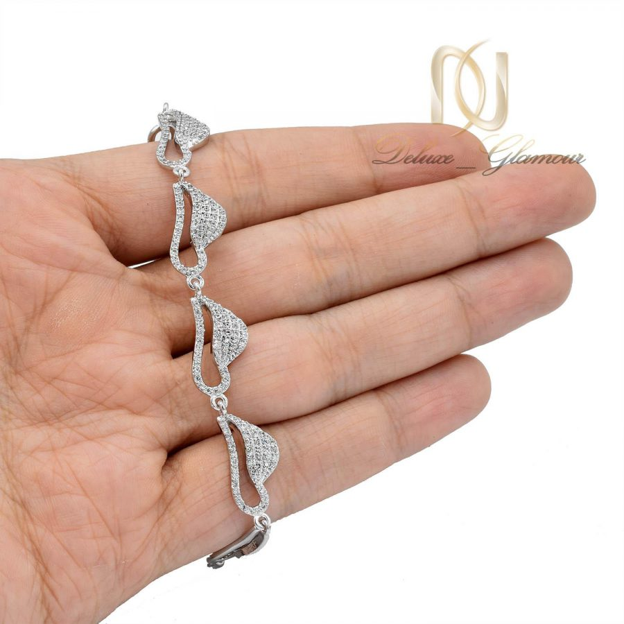 دستبند دخترانه استیل طرح برگ نگین دار ds-n484 از نمای روی دست