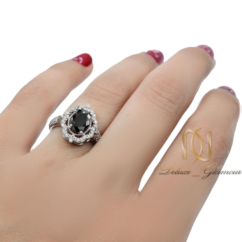 انگشتر زنانه نقره نگین مشکی جواهری rg-n409 از نمای روی دست
