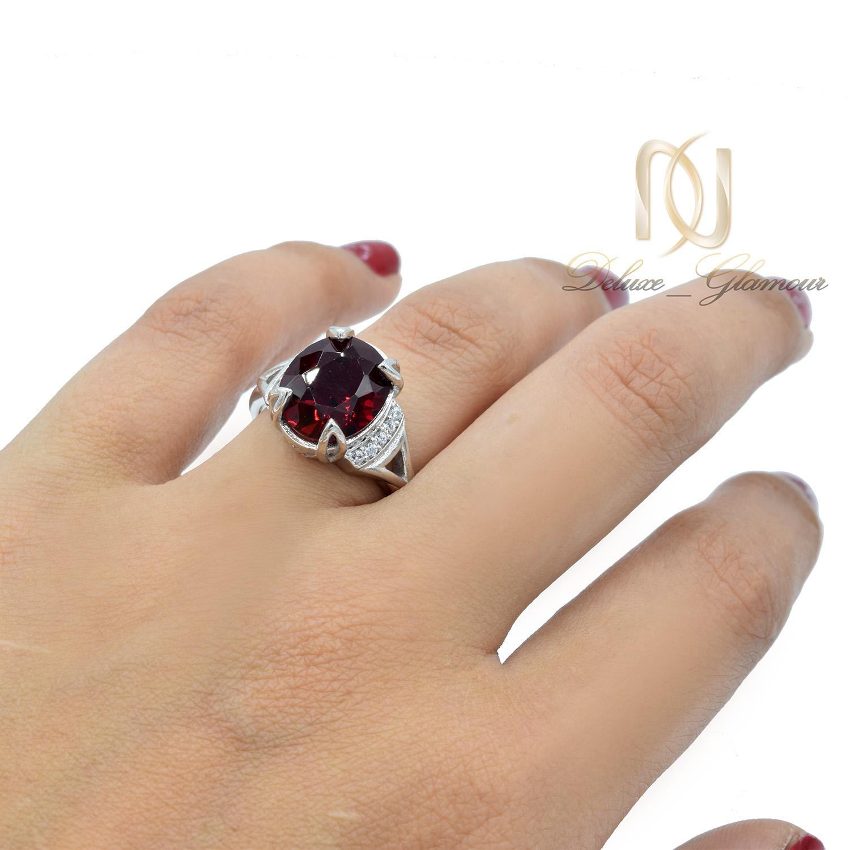 انگشتر نقره زنانه نگین سرخ طرح طلا RG-N401 از نمای روی دست