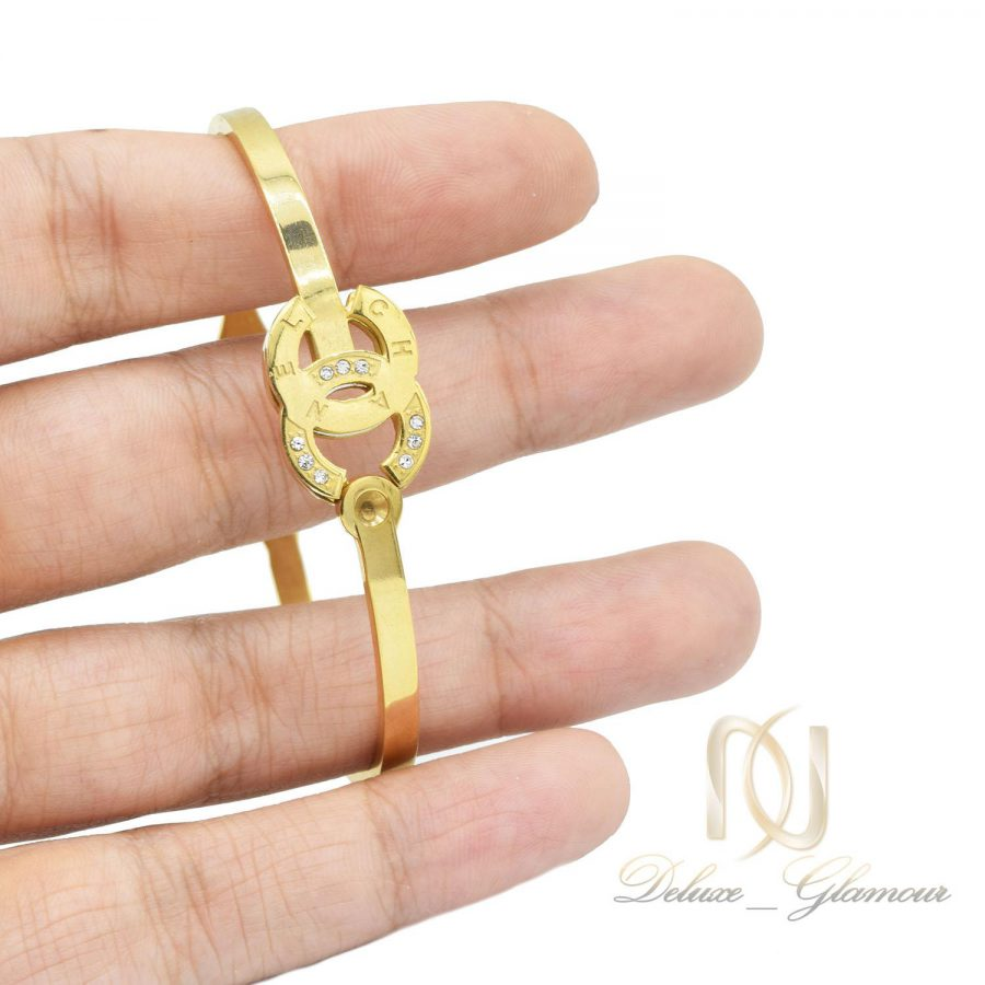 دستبند زنانه طرح چنل استیل طلایی ds-n496 از نمای روی دست
