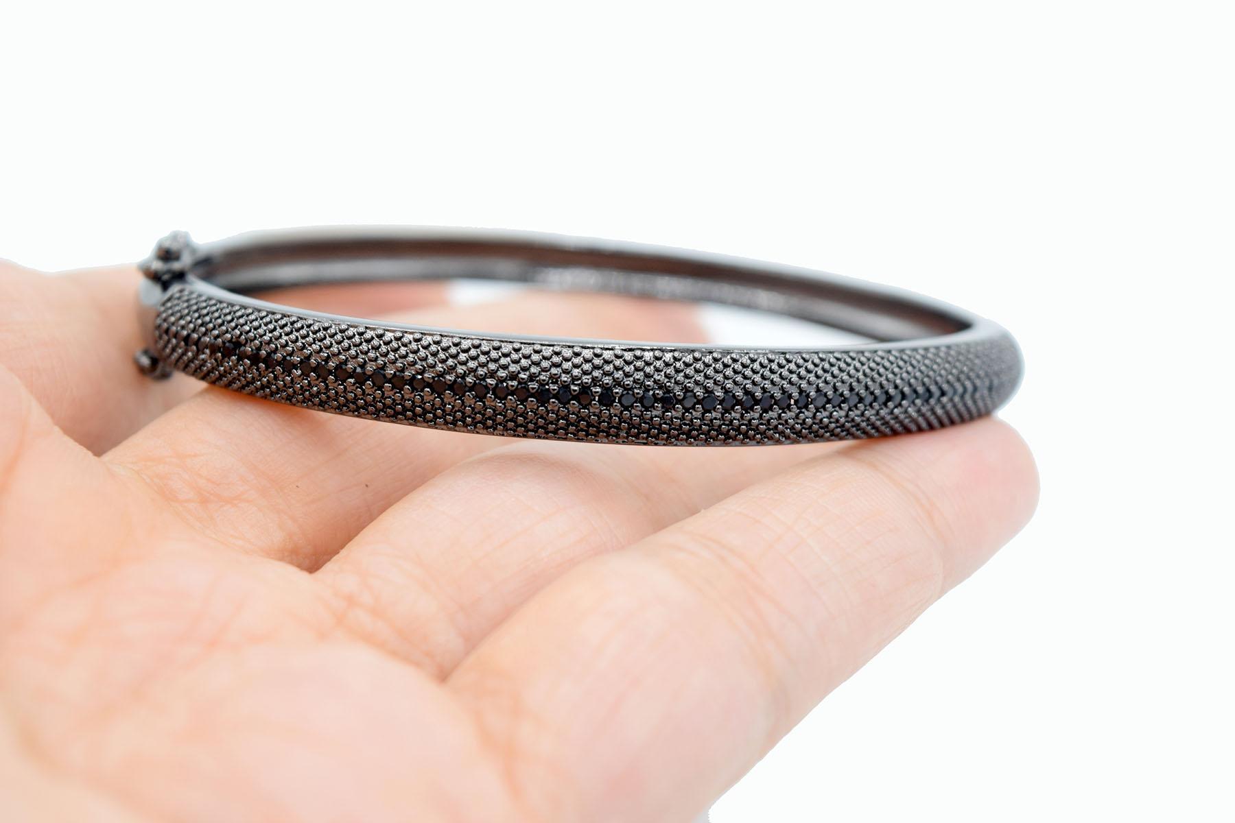دستبند مشکی دخترانه اسپرت خاص استیل ds-n465 از نمای روی دست
