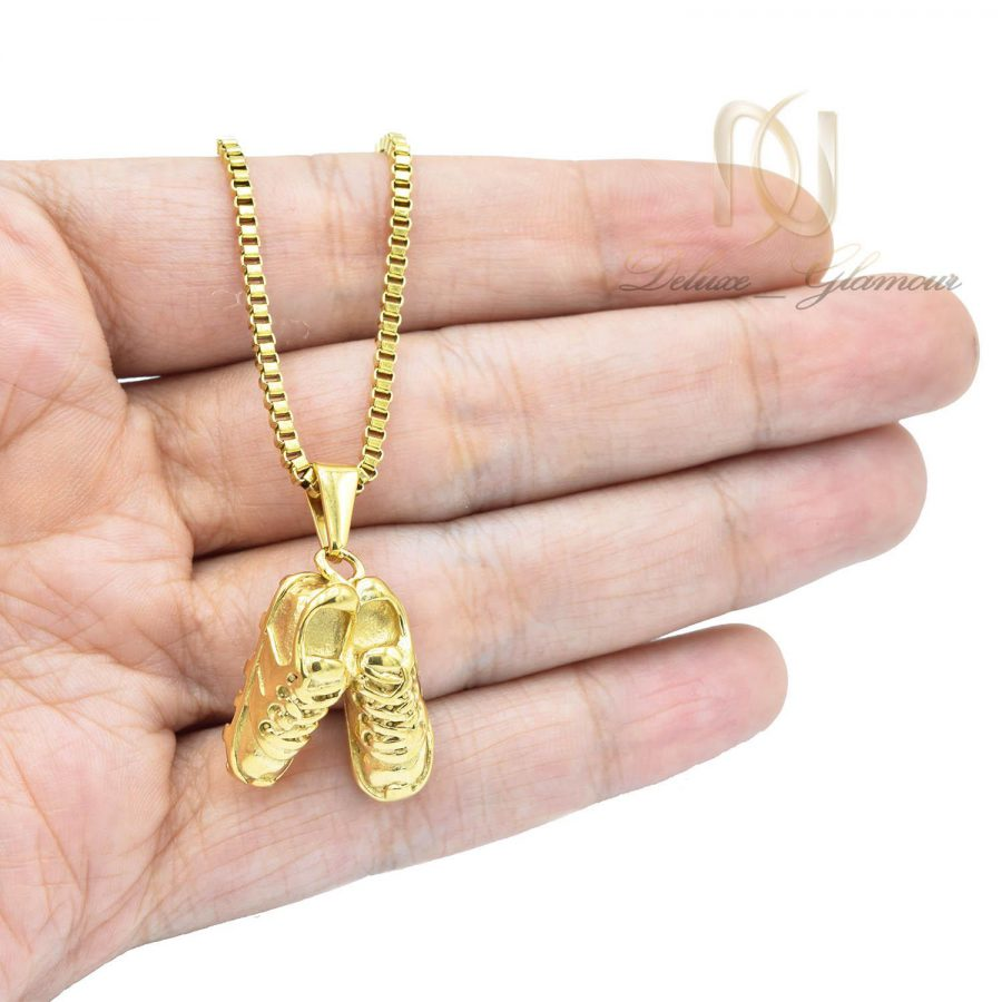 گردنبند اسپرت طرح کفش فوتبال طلایی دوتایی nw-n540 از نمای روی دست