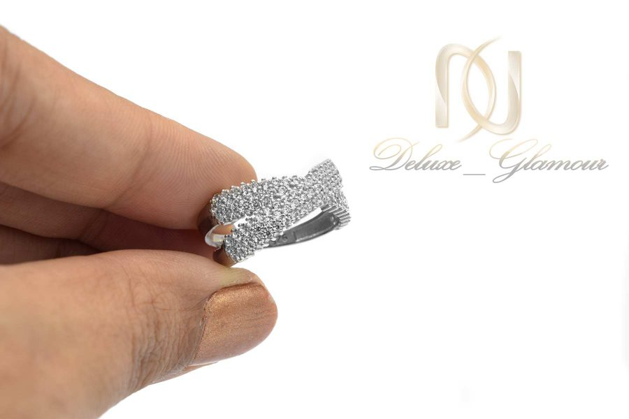 انگشتر زنانه نقره نگین دار rg-n447 از نمای روی دست