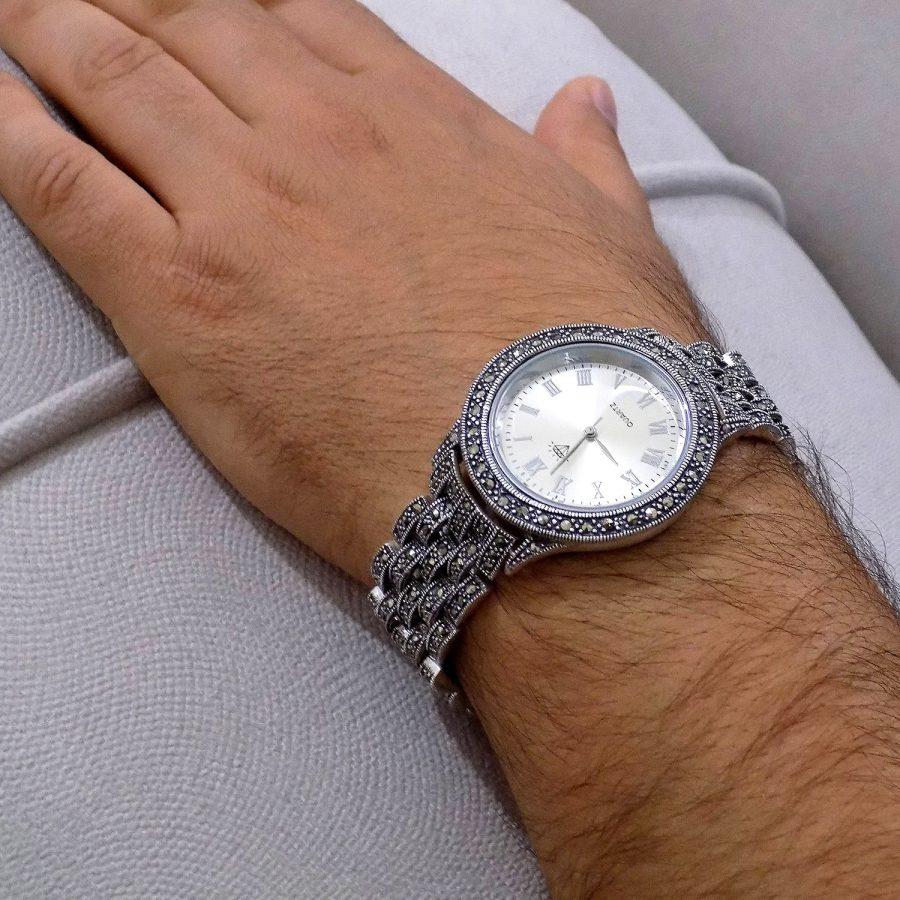 ساعت نقره مردانه سیاه قلم ma-n117 از نمای روی دست