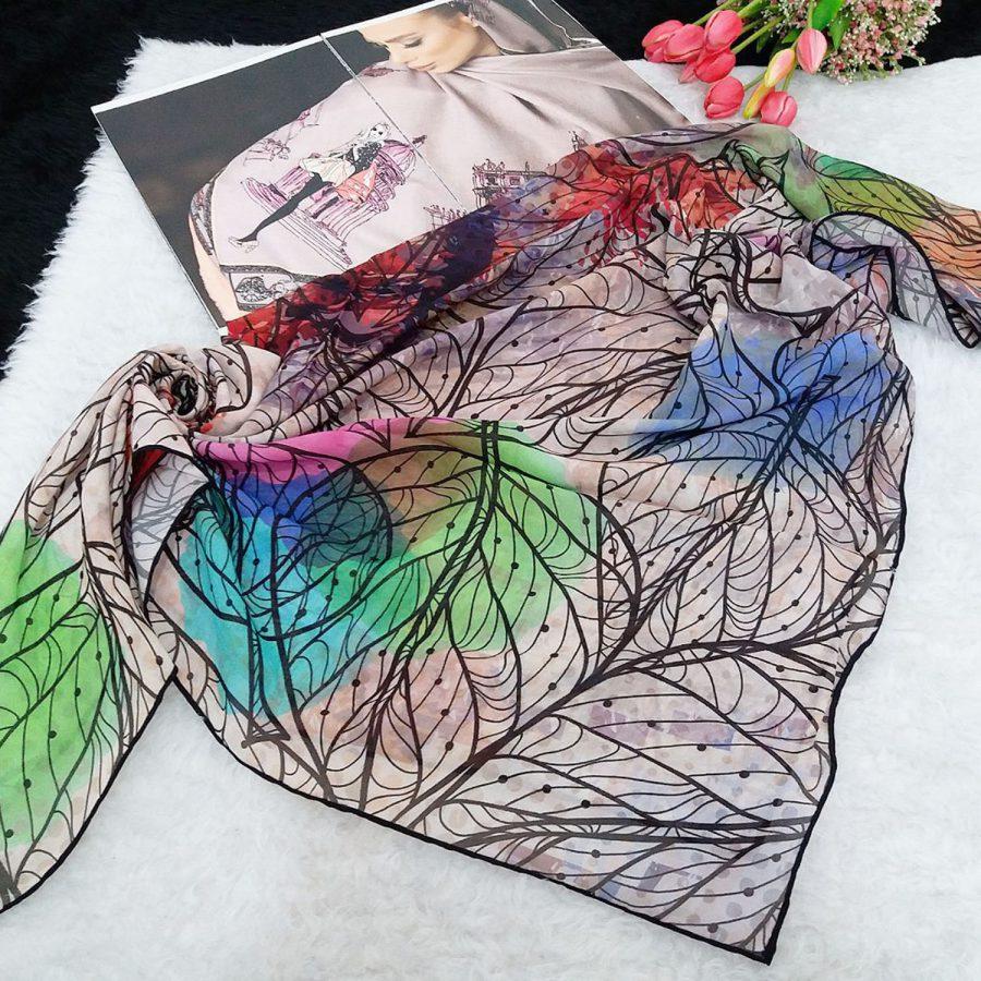 روسری حریر کرپ طرح برگی از نمای بالا