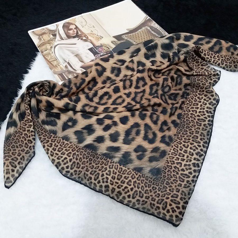 روسری حریر کرپ طرح لئوپار قواره 120 از نمای بالا