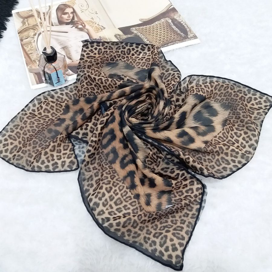 روسری حریر کرپ طرح لئوپار قواره 120 از نمای کلی