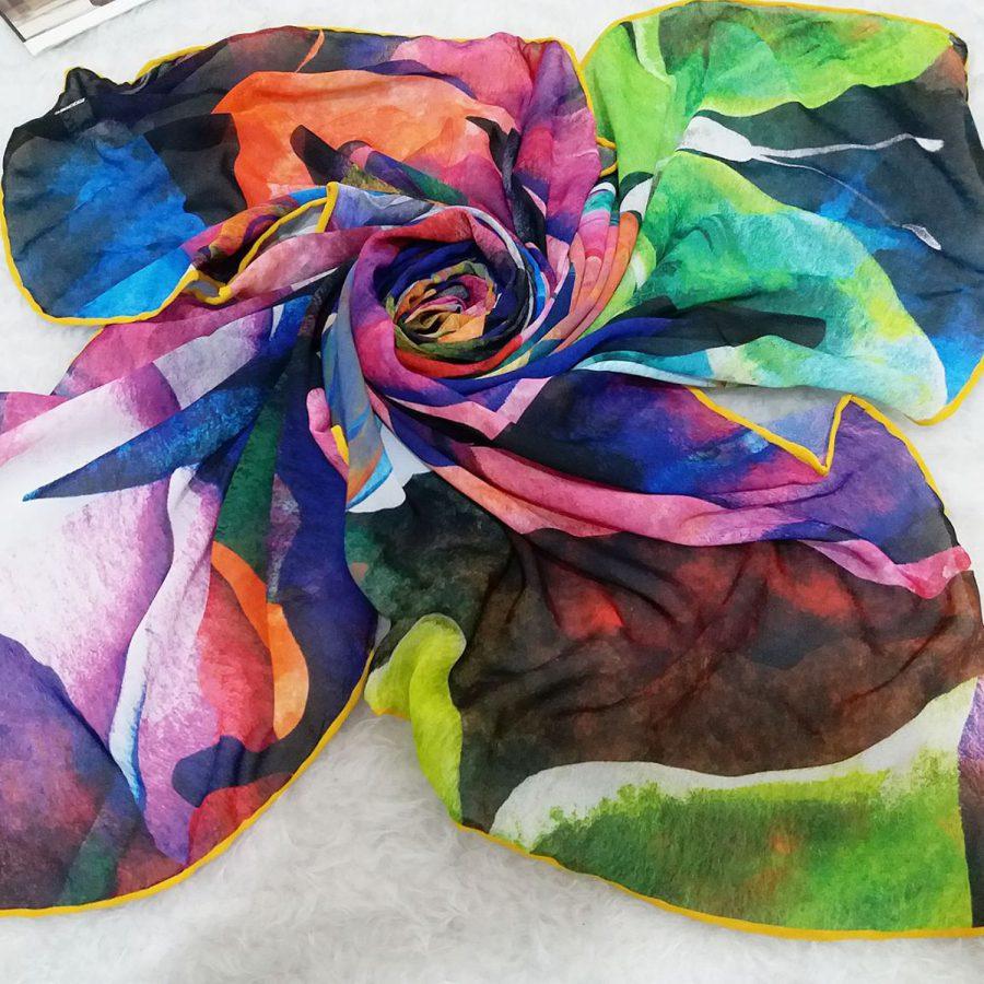 روسری حریر کرپ طرح مدرن رنگی از نمای کلی